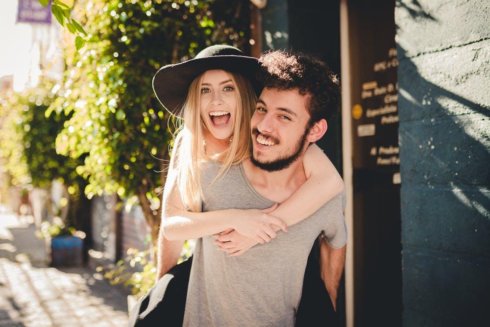 15 Dezente Anzeichen, dass ein Mann in dich verliebt ist